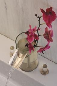 Стеклянный смеситель Flower в виде цветочной вазы.