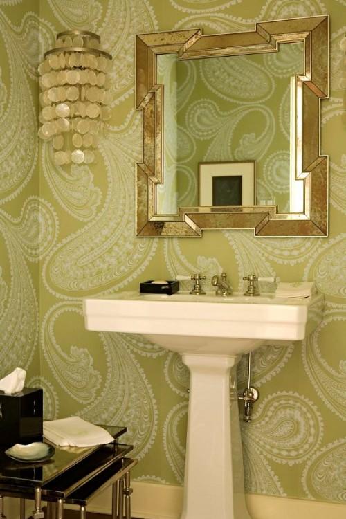 Ванная комната с крупным орнаментом на обоях, ванна кімната з великим орнаментом на шпалерах