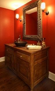 Яркие цвета в ванной комнате.